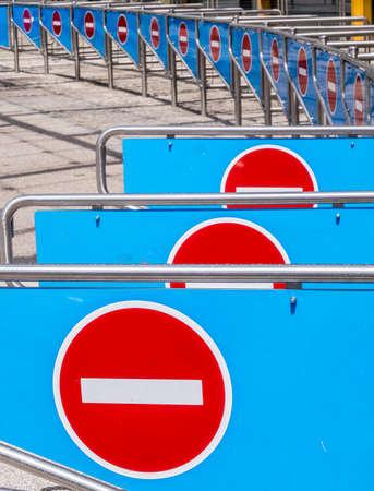 prohibido el paso: barreras de seguridad en una fila - primer - foto Foto de archivo