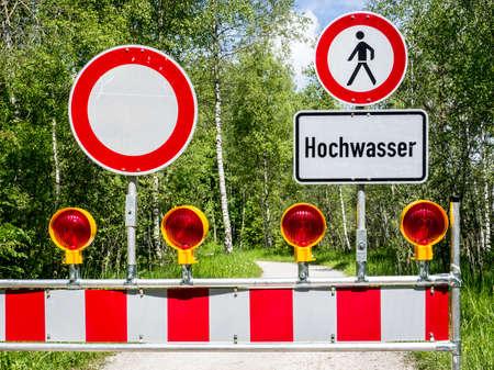 prohibido el paso: señal de advertencia de inundaciones en alemania Foto de archivo