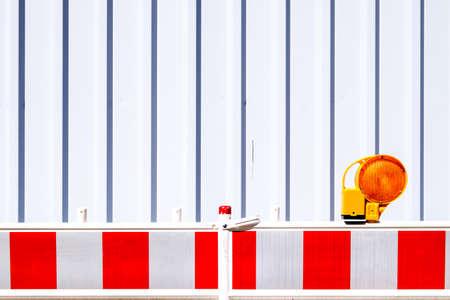prohibido el paso: moderna barrera de seguridad en un sitio de construcción Foto de archivo