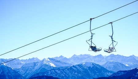 モダンなスキー場のリフトの椅子と山