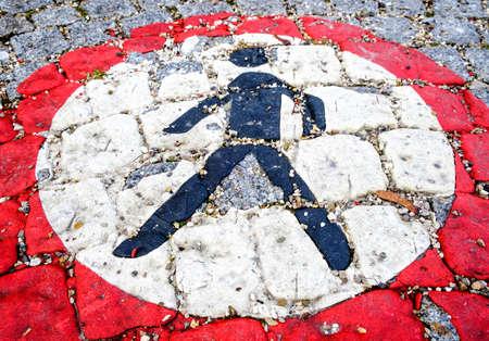 prohibido el paso: Ninguna señal peatonal en una calle