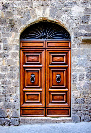 Antigua puerta de madera - foto Foto de archivo - 80233129