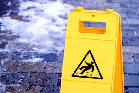attention signe de sol humide à un trottoir