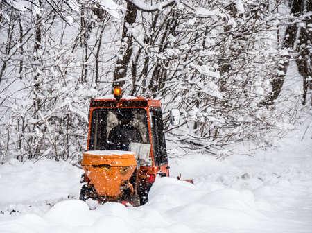 冬 - オーストリア - ヨーロッパで除雪します。