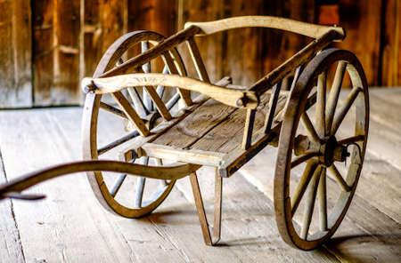 carreta madera: old wooden cart at a farm