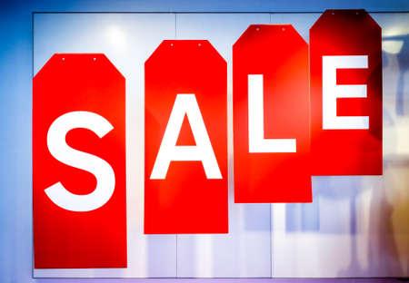 rood verkoopteken bij een muur Stockfoto