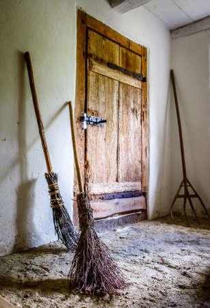 Tür an einem alten Stall Standard-Bild - 99245384