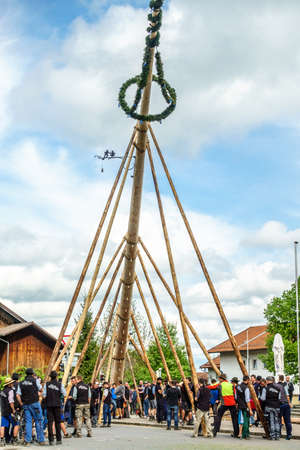 Benediktbeuern,德国 -  5月1日:在2018年5月1日在德国的Benedikteuern的典型的五月节日期间,在典型的五月节日期间由当地巴伐利亚人设置了传统maypole。