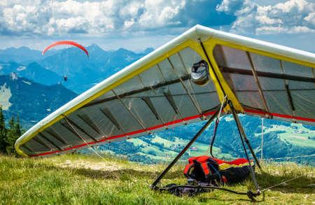 ala delta moderna en los alpes