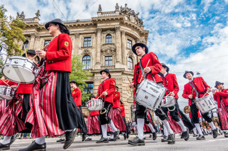 Munich, Germany - September 23: Participants of the annual opening parade of the oktoberfest on september 23, 2018 in the old town of munich 新聞圖片