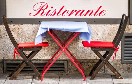 typical sidewalk restaurant in italy Foto de archivo