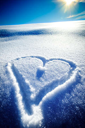 heart shape in snow - winter Banque d'images - 118158331