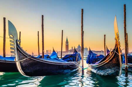 ヴェネツィアの典型的な有名なゴンドラ - イタリア 写真素材