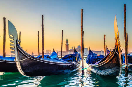 Típicas góndolas famosas en Venecia - Italia Foto de archivo