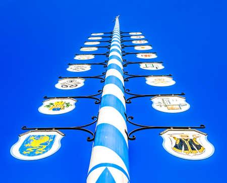 在蓝天前面的典型的巴法力亚maypole