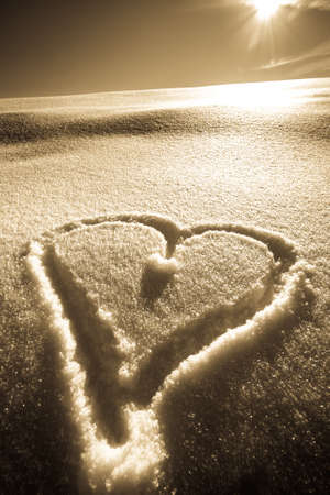 heart shape in snow - winter Banque d'images - 124208401