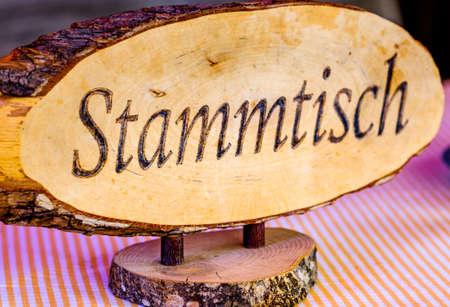 vecchia insegna in legno per un tipico tavolo da habitué