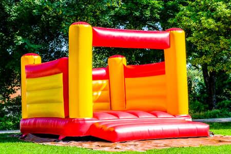 nieuw springkasteel in een park Stockfoto