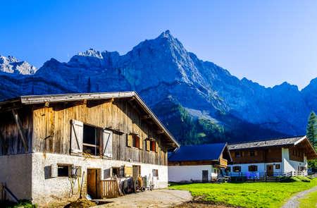 montagne del karwendel in austria - piccola valle chiamata eng alm
