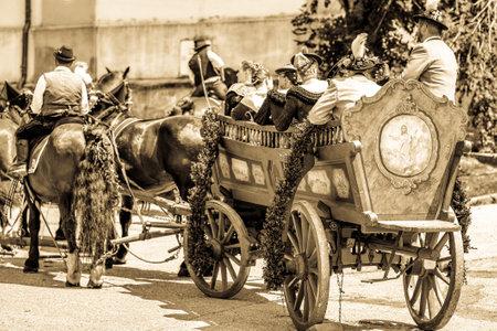 Dietramszell, Allemagne - 20 juillet : personnes portant des vêtements traditionnels lors de la procession annuelle en calèche avec bénédiction, nommée leonhardifahrt le 20 juillet 2019 à Dietramszell, Allemagne Éditoriale