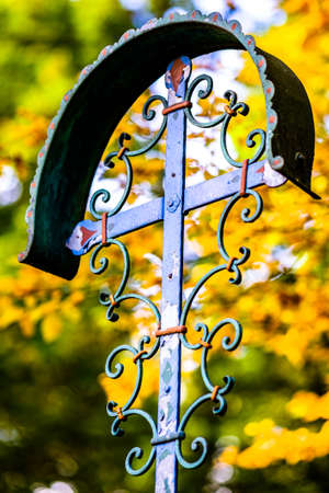 vecchia croce in un cimitero Archivio Fotografico