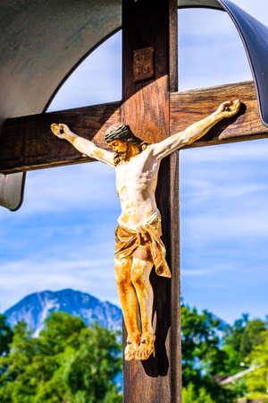 tipica croce lungo la strada storica in Baviera - Germania