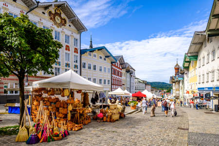 Bad Toelz, Germany - August 17: sales booths at the annual art market in the old town of bad toelz on august 17, 2019 Standard-Bild - 140142253