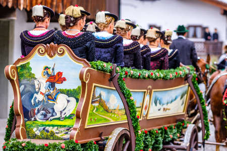 Benediktbeuern, Germany - November 3: people with traditional clothes at the annual horse-carriage procession with blessing, named leonhardifahrt on November 3, 2019 in Benediktbeuern, germany Standard-Bild - 140142358
