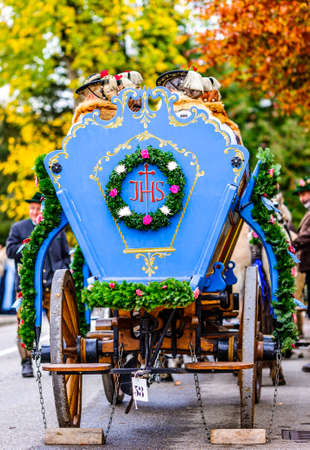 Bad Toelz, Germany - November 6: people with traditional clothes at the annual horse-carriage procession with blessing, named leonhardifahrt on November 6, 2019 in bad toelz, germany Standard-Bild - 140142365