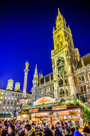 Munich, Germany - December 3: people and typical sales booth at the christmas market on December 3, 2019 in Munich, Germany Standard-Bild - 140142861