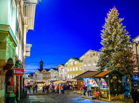 Bad Toelz, Germany - November 26: people and stalls at the famous christmas market on November 26, 2019 in Bad Toelz, Germany Standard-Bild - 140142862