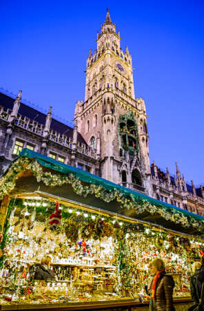 Munich, Germany - December 3: people and typical sales booth at the christmas market on December 3, 2019 in Munich, Germany Standard-Bild - 140142865