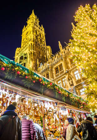 Munich, Germany - December 3: people and typical sales booth at the christmas market on December 3, 2019 in Munich, Germany Standard-Bild - 140142872