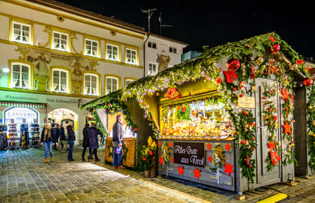 Bad Toelz, Germany - December 4: people and stalls at the famous christmas market on December 4, 2019 in Bad Toelz, Germany Standard-Bild - 140142875