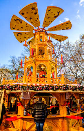 Munich, Germany - December 3: people and typical sales booth at the christmas market on December 3, 2019 in Munich, Germany Standard-Bild - 140142879