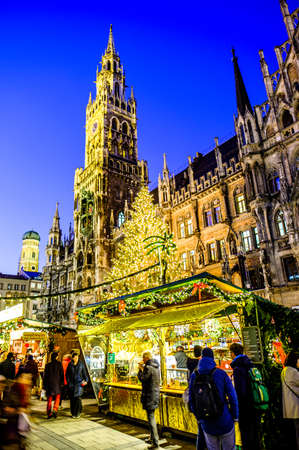 Munich, Germany - December 3: people and typical sales booth at the christmas market on December 3, 2019 in Munich, Germany Standard-Bild - 140142881