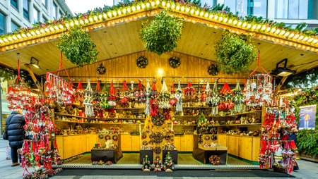 Munich, Germany - December 17: typical sales booth at the christmas market on the famous marienplatz on December 17, 2019 in Munich, Germany Standard-Bild - 140142889