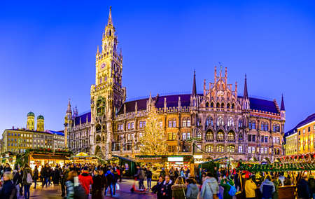 Munich, Germany - December 3: people and sales booth at the christmas market on December 3, 2019 in Munich, Germany Standard-Bild - 140142899