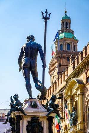 famous neptune well at the old town of Bologna in italy - photo 版權商用圖片
