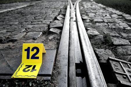 offence: La escena del crimen evidencia Marker Cerca Rails