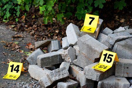 delito: La escena del crimen evidencia marcadores al lado del concreto