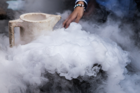 Steam of Nitrogen Erstellt von flüssigem Stickstoff auf Umgebungstemperaturen ausgesetzt Standard-Bild - 45430883