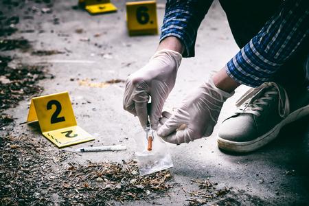 Investigación de la escena del crimen, arrojó una jeringa en el suelo