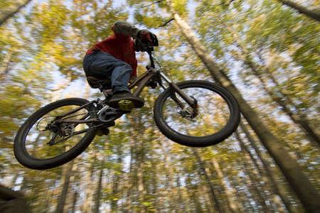 Motards de montagne sauter dans la forêt automne  Banque d'images - 3770211