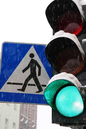 Feux de circulation sur le passage pour piétons Banque d'images - 8647660