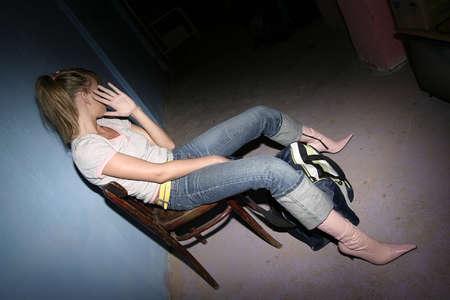 """trasgressione: ragazza, giovane donna """"volare alto"""", seduta su sedia"""
