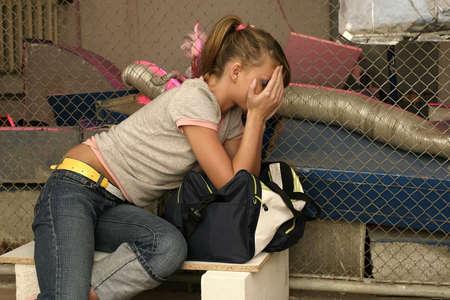 """trasgressione: ragazza bionda, giovane donna """"volare alto"""", seduta"""