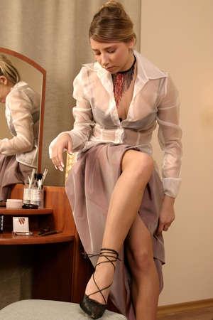 vistiendose: chica rubia, joven vestirse