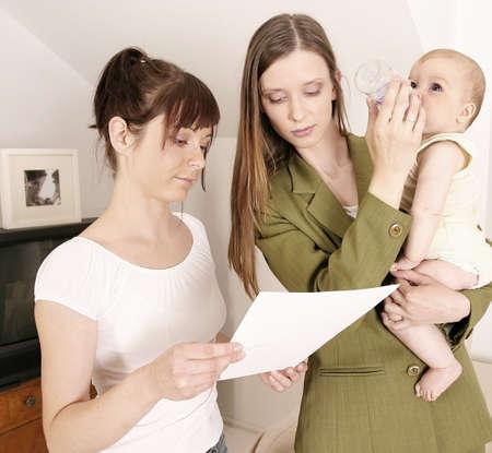 madre trabajadora: Madre trabajadora que deja un beb� en casa con una ni�era