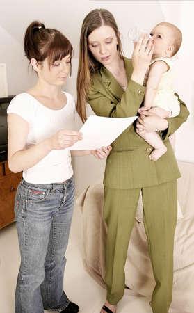 werkende moeder: werkende moeder verlaten van een baby thuis met een oppas Stockfoto
